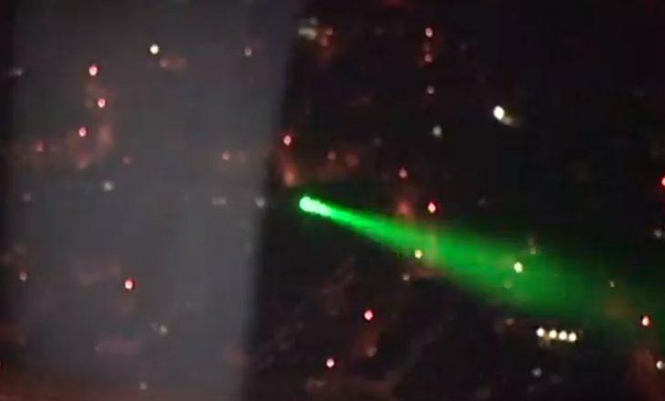 Aeroplani kthehet në Britani pas 'incidentit me laser'