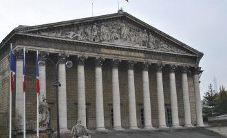 Franca ndryshon kushtetutën, terroristëve u hiqet shtetësia