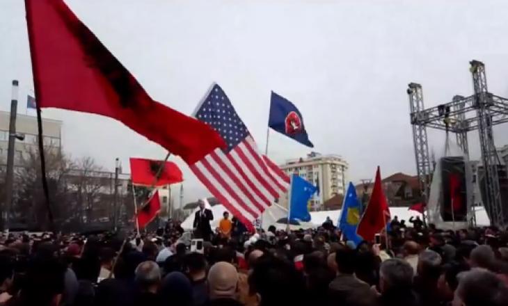 Protestuesit nuk e dëgjojnë Kurtin – në shesh me flamur amerikan