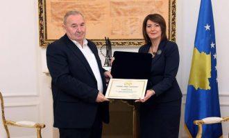 """Jahjaga mban rekordin e dhënies së titujve """"Hero i Kosovës"""""""