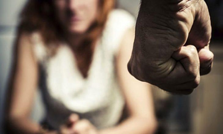 Arrestohet pasi e mbajti me dhunë gruan në banesë