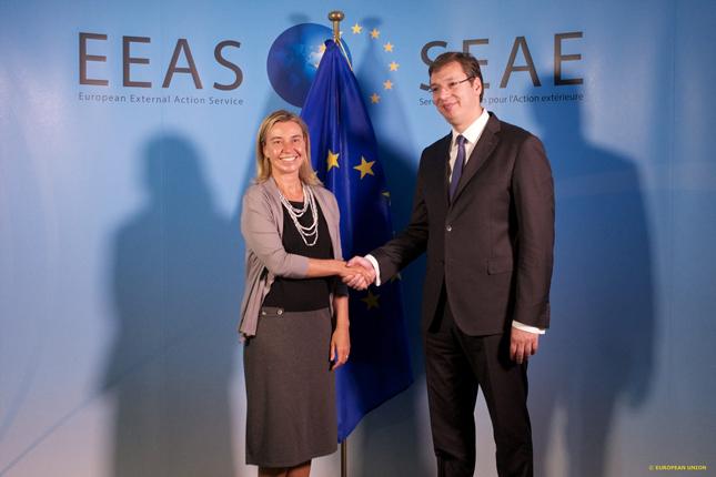 Vuçiq dhe Mogherini bisedojnë në telefon për Kosovën