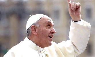 """Papa nderon """"martirët e komunizmit"""" në Shqipëri si """"besnikë të Krishtit"""""""
