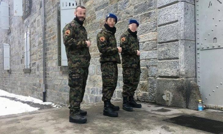 Rekrutët shqiptarë në Zvicër vendosin emblemat e Skënderbeut në uniformën ushtarake