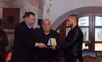 Me kërkesë të fansave: Selmanaj nderon me emrin e heroit, reperin e dënuar për fyerje