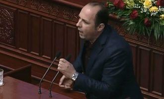 Deputeti shqiptar këndon himnin kombëtar në Parlamentin e Maqedonisë por bëri një gabim të vogël