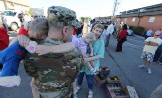 Lamtumira e 130 ushtarëve amerikanë për familjarët para nisjes për Kosovë