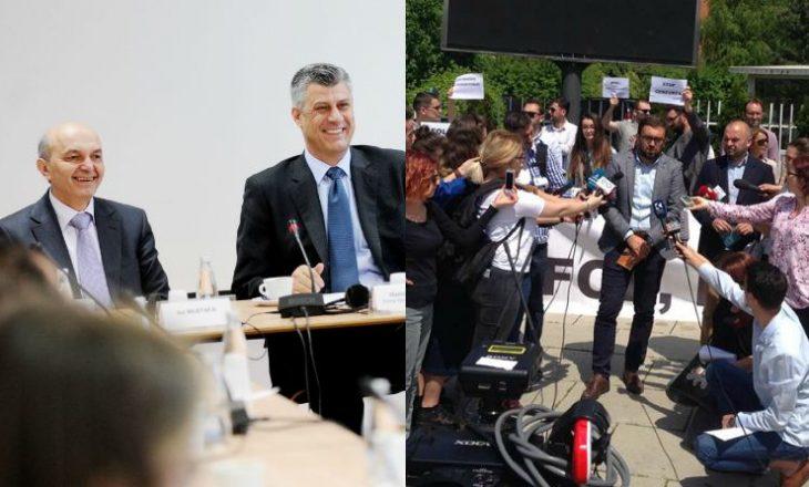 Gazetarët protestuan për liri të shprehjes – Thaçi dhe Mustafa i urojnë