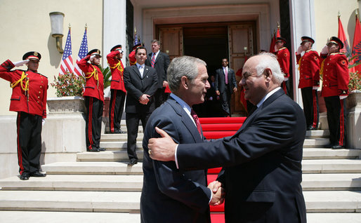 Dhjetë vjet nga vizita e rëndësishme e Presidentit Bush në Shqipëri