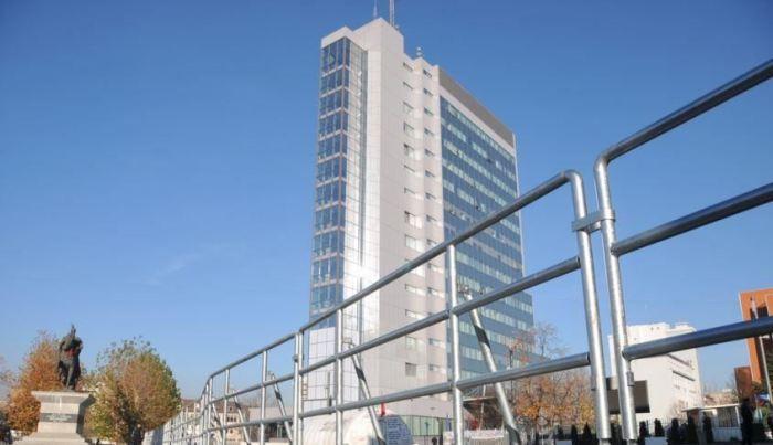 Institucionet e Kosovës shpenzojnë 15 milionë euro për vetura me qira