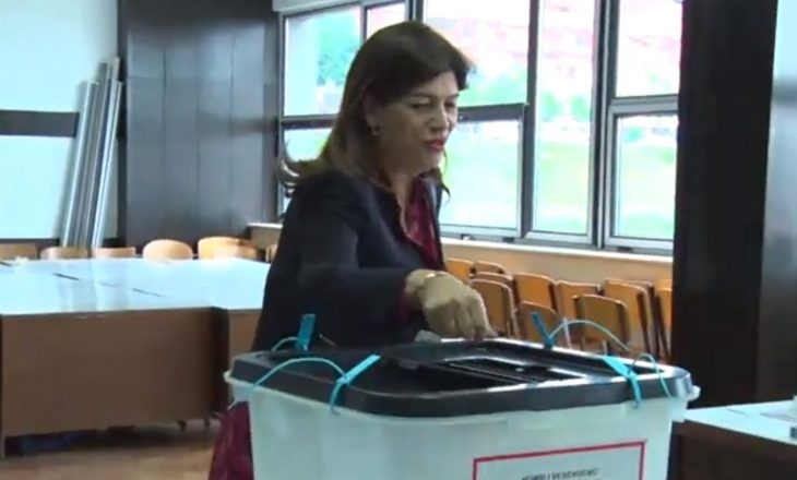 Voton kryetarja e KQZ-së, fton qytetarët ta ushtrojnë të drejtën e tyre