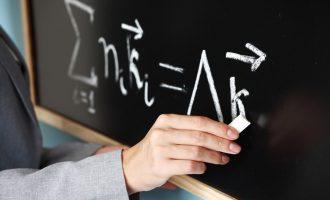 Diplomon si sociolog, punësohet si mësimdhënës i matematikës