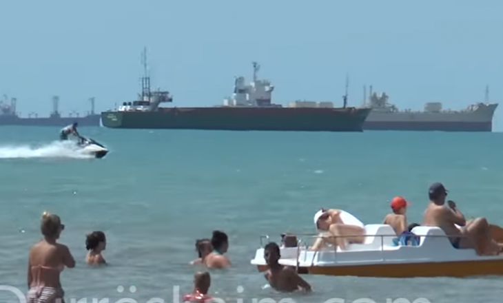 Me motor mbi kokat e njerëzve – si po rrezikohen pushuesit në Durrës