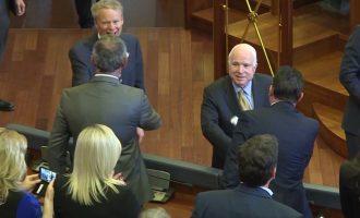 Sëmuret McCain, detyrohet të kryej operacion