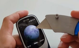 Testi i çmontimit tregon se sa i fortë është Nokia 3310 i ri