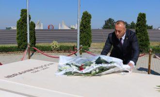 """Haradinaj viziton varrin e Rugovës, e quan """"arkitekt të pavarësisë"""""""