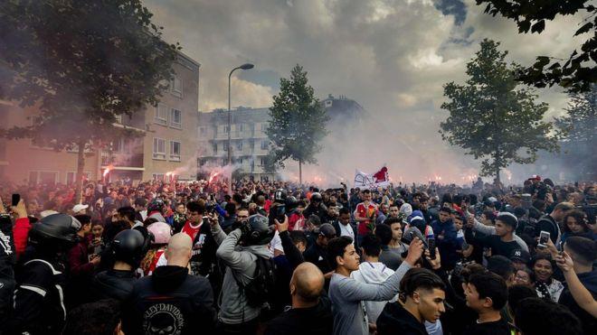 VIDEO: Tifozët e Ajaxit, tubim emocional pranë shtëpisë së futbollistit të sëmurë