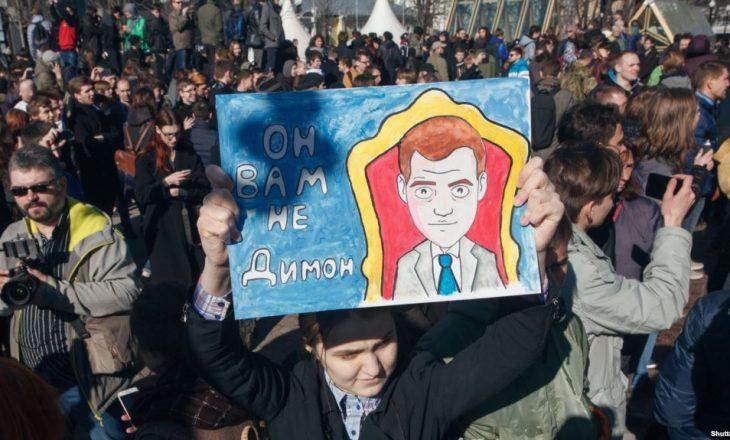 Dënohet me burg aktivisti që protestoi kundër Putinit