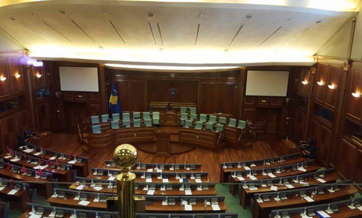 Deputetet fillojnë të hynë në sallë