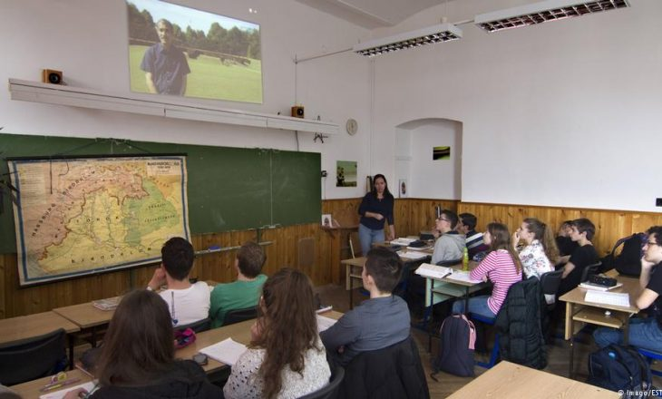 """Mësimi """"patriotik i edukimit ushtarak"""" për nxënësit hungarezë"""