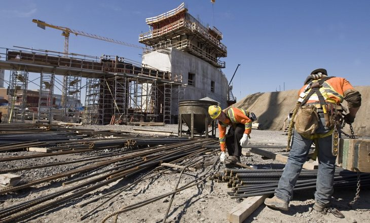I detyruan punëtorët të punojnë në vapë, dënohen 84 kompani