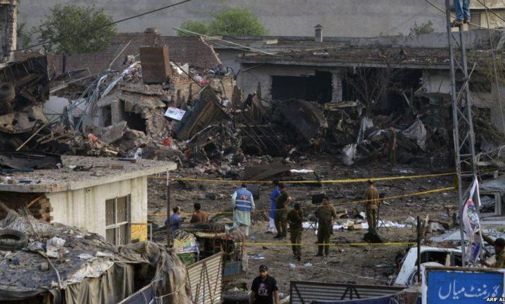 Policia pakistaneze vranë katër talibanë, pas sulmit me kamion bombë