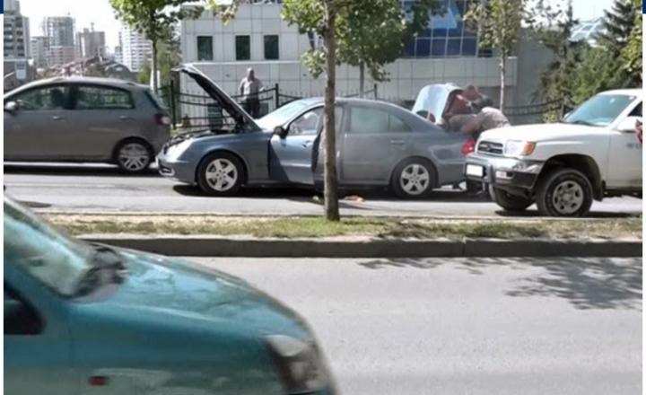 I del tymi një veture në lëvizje në Prishtinë