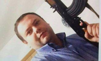 """""""Kallashnikovi ishte lodër"""" – arsyetohet drejtori i VV-së për fotografinë me armë"""