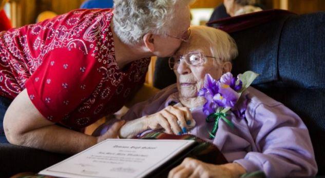 Diplomohet 97 vjeçarja që më 1938 la shkollën për shkak të shtatzënisë