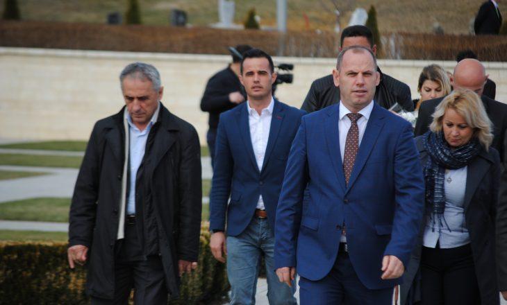 Lladrovci suspendon me pagesë për tre muaj zyrtarin komunal
