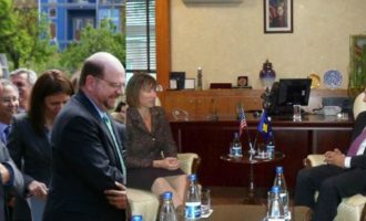 Mburrja e Isa Mustafës me triumfin ndaj dy ambasadorëve amerikan