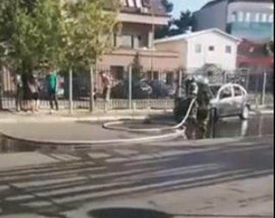 Digjet vetura afër Gjykatës Kushtetuese në Prishtinë