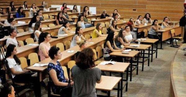 Profesori e ironizon, studentja zhvishet në klasë