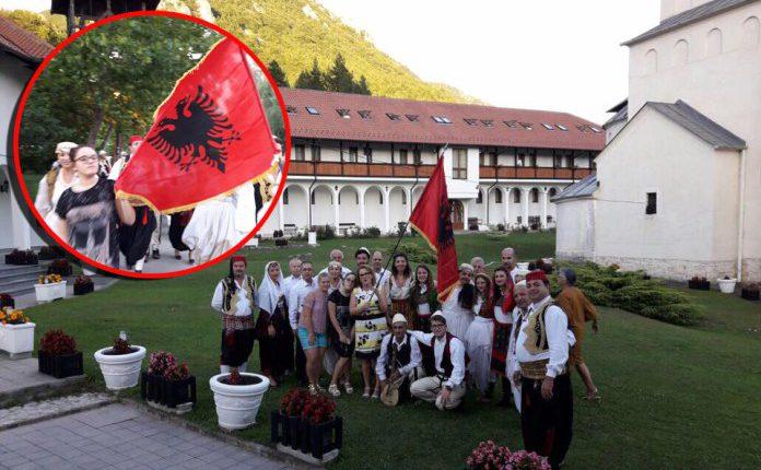 Valltarët nga Shkodra ngrenë flamurin kuq e zi në mes të Serbisë