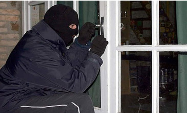Persona të maskuar i kërkojnë para një gruaje në oborrin e saj