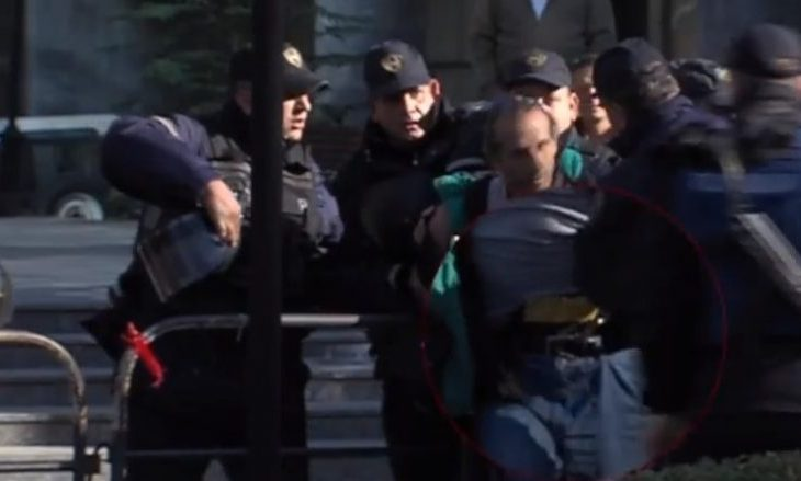 E kërcënoi policinë maqedonase me pushkaliqe