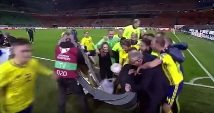 Kjo ishte festa e çmendur e futbollistëve të Suedisë pasi mposhtën Italinë [Video]