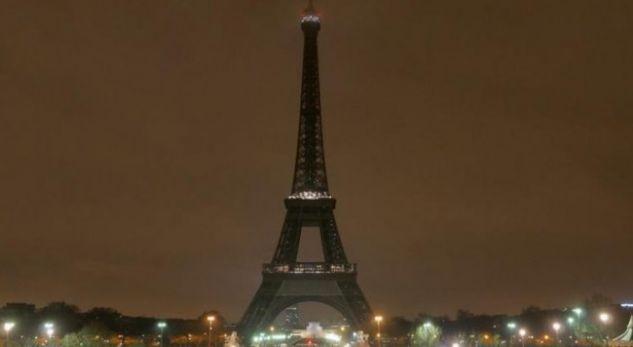 Kulla e Eifelit fik dritat në nderim të viktimave në Egjipt