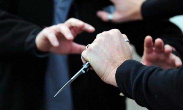 Sulmuan me thikë dy persona në Shkabaj, arrestohen tre të dyshuar