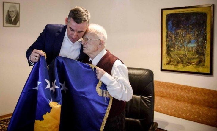 Në 10–vjetorin e Pavarësisë, Veseli ia dorëzon flamurin e Kosovës Demaçit