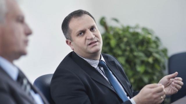 Ahmeti pyet qytetarët se a duhet të dekorohet sheshi këtë vit