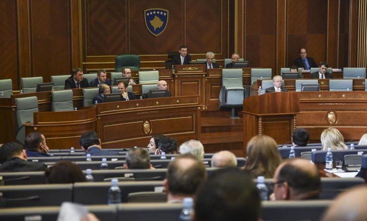 Fotografia që dëshmon se në Kuvendin e Kosovës shërbehen pije të prodhuara në Serbi