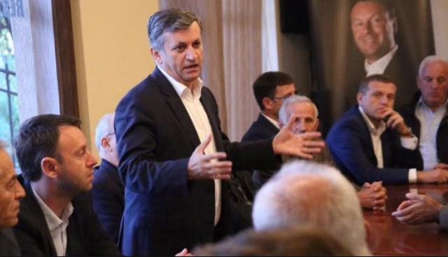 Ismet Beqiri nervozohet me Hashim Thaçin për largimin e logos me flamurin Dardan