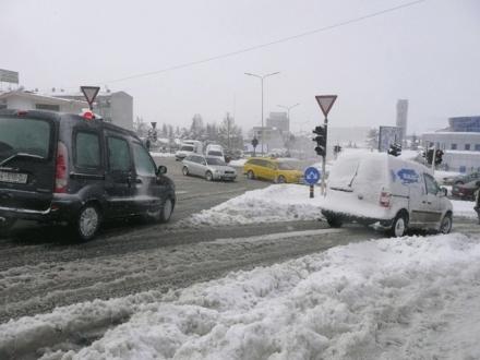 Komuna ndau 30 mijë euro, por rrugët e trotuaret e Fushë-Kosovës s'u pastruan fare