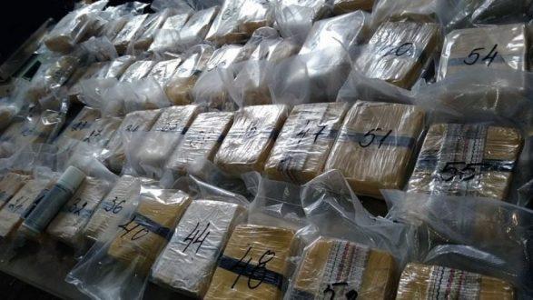 Dënohen me burg pasi bartnin drogën në paketime të vendosura në roleta të dritareve