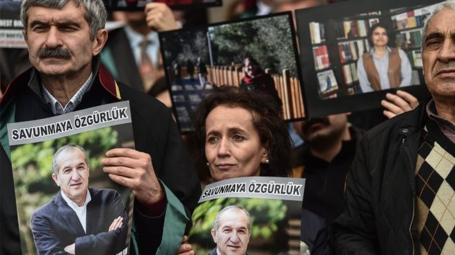 Tjetër goditje ndaj lirisë së shtypit, dënohen 13 gazetarë në Turqi