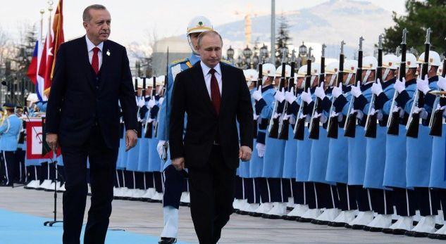 Putin arrin në Turqi, pritet me nderime shtetërore nga Erdogan