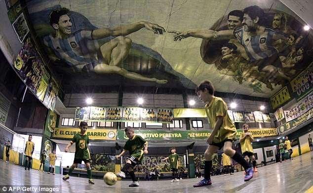 Kur arti ndeshet me futbollin, rikrijohet renesansa (FOTO)