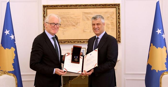Thaçi dekoroi ambasadorin Kai Eide me Medaljen Presidenciale Jubilare të dhjetëvjetorit të pavarësisë