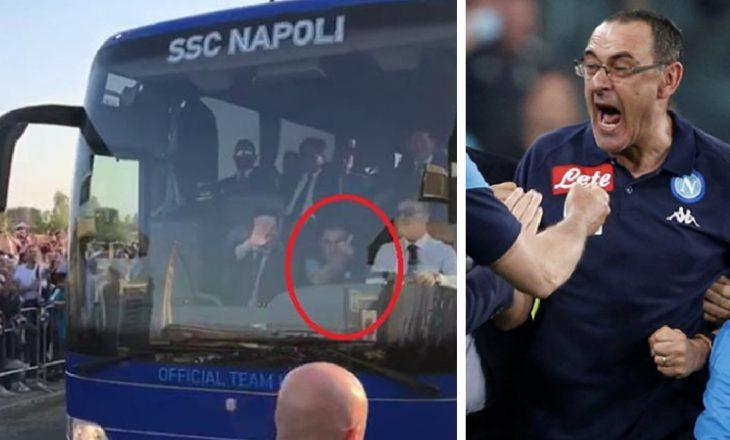 Trajneri i Napolit iu tregon gishtin e mesëm tifozëve (Video)